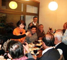 歓迎会で立ち上がり集まった人たちに感謝の気持ちを伝える上里芳子さん=県人連合会の食堂