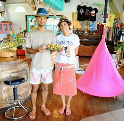 「チェアハンモック」やブランコもある遊び心あふれる店内で、来店を呼び掛ける浅原潤さん(左)と美那さん=国頭村宇良・「Cafe&雑貨 BANANA」