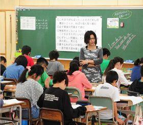 テスト開始前の児童たち=21日午前、那覇市前島・那覇小学校