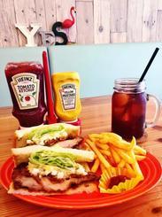 幅広い世代から人気がある「チキン南蛮サンド」とポテトのセット