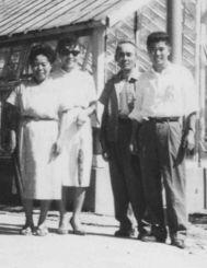 ナタリーさんの(左から)祖母・安次嶺ウシさん、母・節子さん、祖父・亀造さん。1962年ごろ祖母方の親族・金城昇さん(右端)が一家の住んでいた大阪大正区を訪ねた時とみられる(ナタリーさん提供)