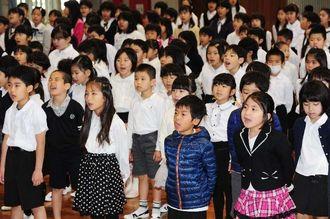 始業式で元気よく校歌を歌う児童たち=7日午前、那覇市・開南小学校(松田興平撮影)