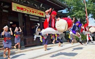 第9回沖縄フェスタin京都での勇壮なエイサー演舞に観客も見入っていた=15日、京都市左京区の檀王法林寺