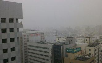 午後5時すぎの那覇市久茂地、雨が降ってます。足元には気を付けて。