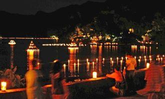 ろうそくの明かりで幻想的に照らされた塩屋湾=5日午後8時20分ごろ、大宜味村白浜(田嶋正雄撮影)