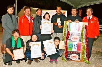 第4回コザAランチ選手権に上位入賞した各店舗の代表者ら=沖縄市諸見里のコザ運動公園