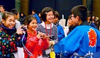 初日の歓迎交流会。最上地域の小学生とおしゃべりしながら打ち解けた=新庄市金沢・ベルフォール新庄玉姫殿