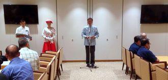 あいさつする団長の翁長雄志知事=12日、那覇空港国際線ターミナル