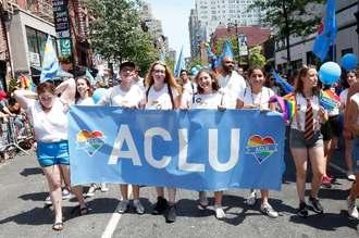米ニューヨークで開かれた性的少数者の人権を訴えるイベントに参加する全米市民自由連合(ACLU)のメンバーら=2016年6月(ゲッティ=共同)