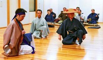 組踊「雪払」の稽古に励む出演者たち=4日、浦添市・国立劇場おきなわ