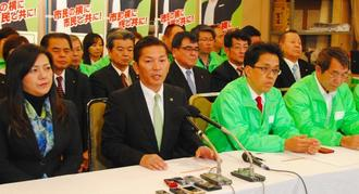 浦添市長選に向け政策発表する松本哲治氏(左から2人目)=15日、市屋富祖の後援会事務所