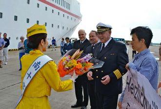 花束で歓迎を受けたグルイッシュ船長(右から2人目)=石垣港