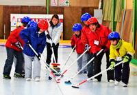 沖縄の小学生、カーリングに興奮 北海道でバンクーバー五輪選手が指導