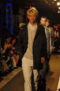 有名ブランドの秋冬ファッションに夢中 リウボウでファッションショー