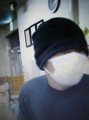 公開された強盗未遂事件の犯人の画像(八重山署提供)