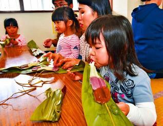 できたての手作りムーチーを頬張る子どもたち=12日午後、那覇市・久場川児童館(金城健太撮影)