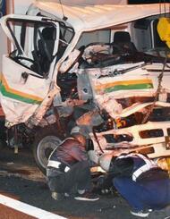 東名高速道路下り線で乗用車と衝突したトラック=14日夜、静岡県焼津市