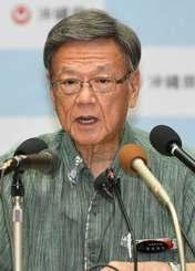 定例会見で記者の質問に答える翁長雄志知事=25日午前、県庁