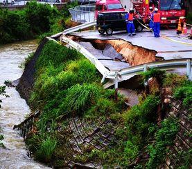 大雨の影響で崩落した道路=7日午後2時56分、那覇市首里末吉町