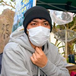 ハンガーストライキの終了を発表する元山仁士郎さん=19日午後5時、宜野湾市役所前