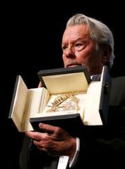 カンヌ国際映画祭で名誉パルムドールを受賞したアラン・ドロンさん=19日、フランス・カンヌ(ロイター=共同)