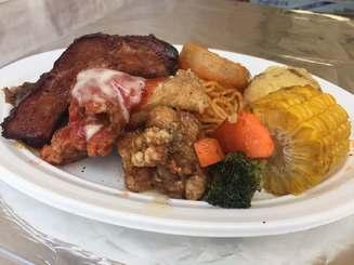 Aランチ選手権で優勝したバーベキューレストラン「パナマ原人」のプレート。薫製した豚肉やジューシーチキン、スパゲティなど7品を盛りつけた。