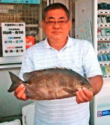 泊海岸で46.5センチ、1.18キロのカーエーを釣った砂川昌克さん=7月26日