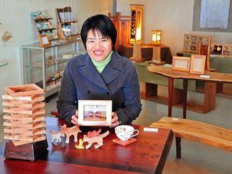 3回目の個展を開く岩田望美さん=八重瀬町世名城、「木の工房 楽樹」