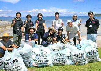 ビーチクリーン活動に参加したHYのメンバー(前列)や関係者ら=15日、うるま市・海中道路ロードパーク周辺