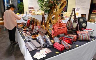 台湾フェアを前に並べられる伝統工芸品=13日、那覇市久茂地のタイムスビル