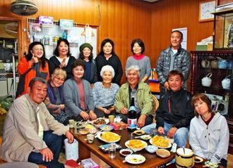 岸本キヨさん(前列左から4人目)宅に集合したきょうだいや子どもたち=12月23日、本部町東