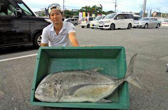 渡嘉敷島で114センチ、24・5キロのガーラを釣った當眞卓弥さん=7月24日