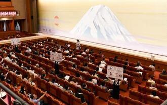 約5カ月ぶりの公演再開で、開演を待つ客席=1日、東京都中央区の歌舞伎座(松竹提供)