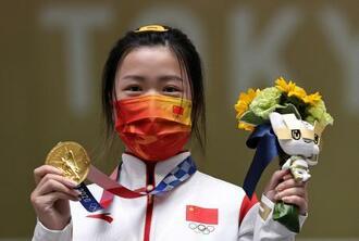 射撃の女子エアライフルで優勝、今大会の金メダル第1号となった中国の楊倩=自衛隊朝霞訓練場(ロイター=共同)