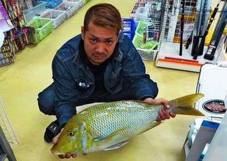 本部海岸で68.8センチ、4.52キロのタマンを釣った安里尚晃さん=5日