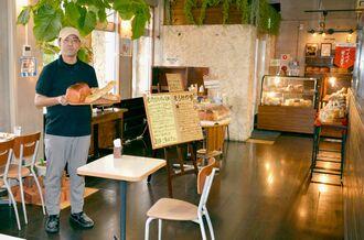 「こだわりのパンを楽しんでほしい」と話す大城英樹店長=8日、おんなの駅なかゆくい市場2階「acicoco」