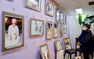 ハジチを施した女性の写真が並ぶ山城博明さんの写真展=13日、東京都中央区の銀座わしたショップ本店