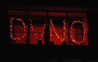 「DV NO」。女性に対する暴力や児童虐待の根絶に向けて糸満市が取り組んだ全国パープル・ライトアップ運動の電飾=2016年