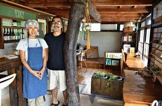 「店内ではのんびりと過ごしてほしい」と話す伊澤淳子さん(左)・伊藤雅人さん夫妻=9月27日、今帰仁村古宇利・古宇利家