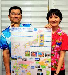 新元号「令和」の入った年度カレンダーをPRするOTSの濱元企画部副部長(左)と柳田悠江企画部アシスタントマネジャー=1日、沖縄タイムス社