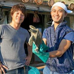 パインを餌に配合した県産スッポンの生産を手掛ける亀月の島袋哲浩代表(右)と山盛真吾氏=八重瀬町の同社