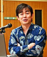 沖縄民謡や三線の魅力を話す宮沢和史さん=3月19日、恩納村博物館