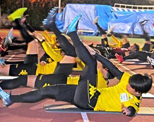 キャンプ歓迎式典後、体をほぐすジェフユナイテッド市原・千葉の選手ら=16日、南城市陸上競技場