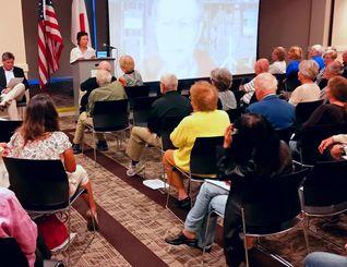 120人余りが参加した北西フロリダ州の日米協会のパネルディスカッションで、朝子・モートンさんが両親の体験を発表した=ペンサコーラ市内