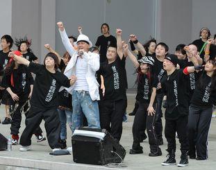 「ONE+LOVE WORLD」でDA PUMPのISSAさんらと一緒に熱唱しダンスを披露する子どもたち=2008年3月30日、宜野湾市・宜野湾海浜公園屋外劇場