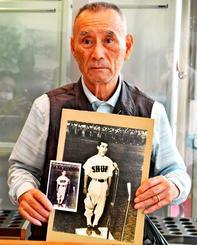 沖縄勢初の甲子園出場を果たした首里高の主将だった仲宗根弘さん。選手宣誓の写真(大判)を持ち込みカラー化した=26日、那覇市久茂地・タイムスビル