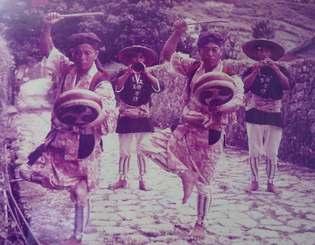 首里金城町の石畳で演奏する湧川の路次楽。後列左が5代目の富三さん