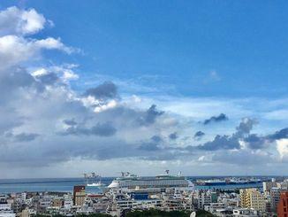 那覇市は時折青空も見られた=5日午後4時50分過ぎ
