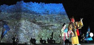 城壁をスクリーン代わりにした特設舞台で「護佐丸伝説」のリハーサルをする村民たち=18日午後8時40分ごろ、中城城跡