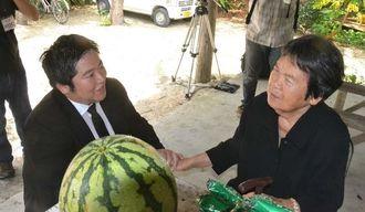 大石喬さんの思い出話をする内盛さん(右)と大石さんの孫・宗さん=竹富町竹富